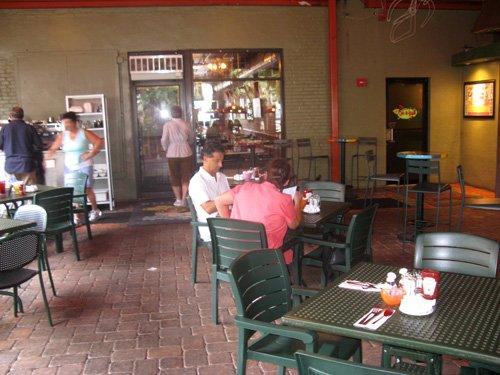 outside seating for breakfast at kellys restaurant in dunedin fl